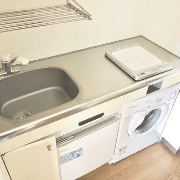 キッチン下に冷蔵庫と洗濯機が※写真は通電前のものです