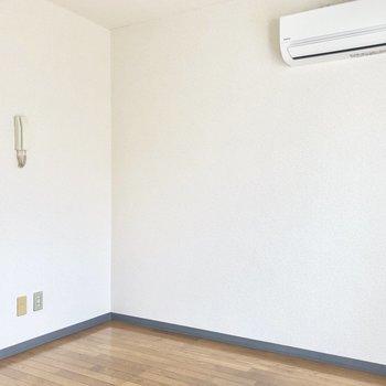エアコン下にベッドかな※写真は通電前のものです