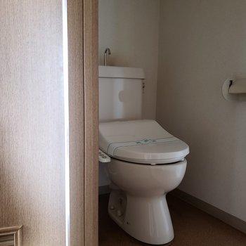 トイレは個室です。※写真は通電前のものです・フラッシュを使用して撮影しています