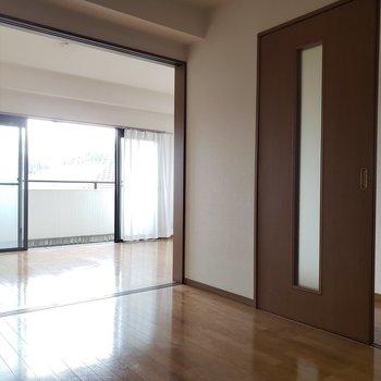 【洋室①】引き戸を開ければ1LDK風にできます。※写真は通電前のものです