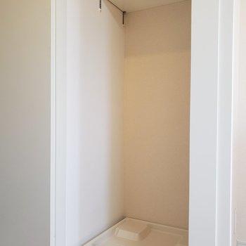 洗濯機は玄関横のスペースに。※写真は3階の同間取り別部屋のものです