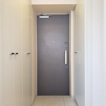 フラットな玄関。※写真は3階の同間取り別部屋のものです