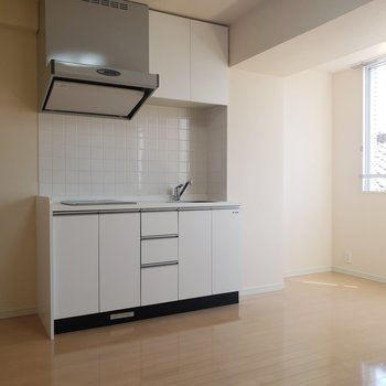 冷蔵庫は右側のスペースかな。※写真は3階の同間取り別部屋のものです