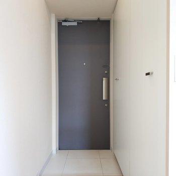 玄関は清潔でシンプル。