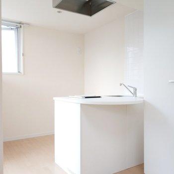 キッチンは後ろも広め。※写真は3階の同間取り別部屋のものです