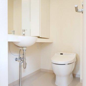 サニタリールームは洗面台とトイレがお出迎え!※写真は3階の同間取り別部屋のものです