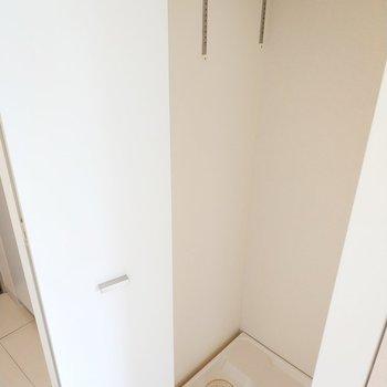 洗濯機は玄関近くの廊下にあります。※写真は3階の同間取り別部屋のものです