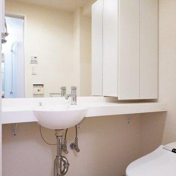 洗面台はスタイリッシュですね〜!※写真は3階の同間取り別部屋のものです