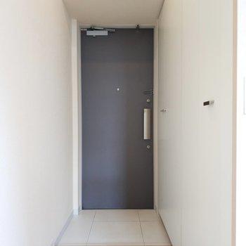 玄関は清潔でシンプル。※写真は3階の同間取り別部屋のものです