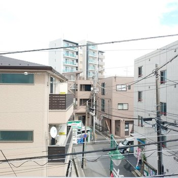 眺望はお隣さんが多いですね。※写真は3階の同間取り別部屋の眺望です