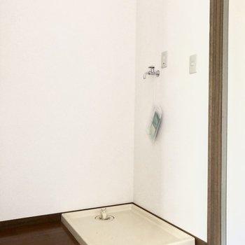 洗濯機置き場は玄関の横に。