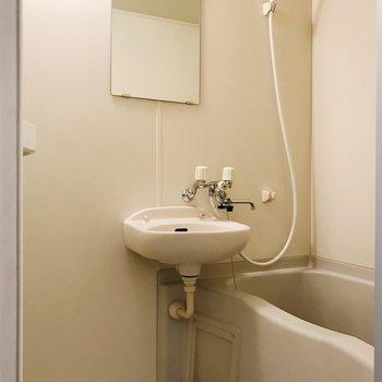 お風呂は2点ユニットになります。鏡付き。