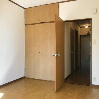 まん丸なドアノブの扉を開くと、キッチンスペースへ繋がります。