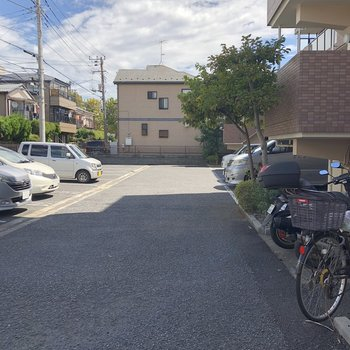 建物裏には駐車場も。