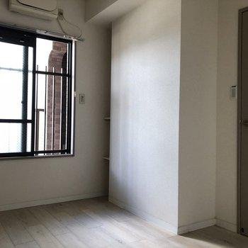 【洋室4.5帖】玄関入ってすぐの洋室。※写真は通電前のものです