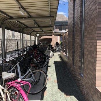 駐輪場スペースは屋根付き!