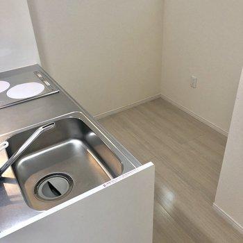後ろには冷蔵庫だけでなく、シェルフなんかも置けちゃう。※写真は前回募集時のものです