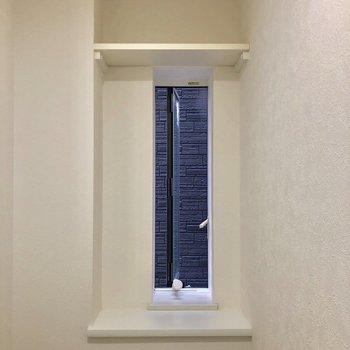 窓と棚のあるトイレです。※写真は前回募集時のものです