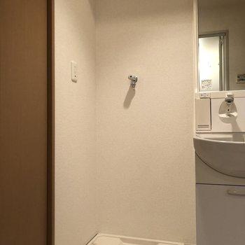 すぐ隣には洗濯機置き場※写真は前回募集時のものです