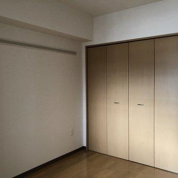 【洋室5.7帖】こちらのお部屋にも収納!※写真は前回募集時のものです