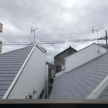 お隣の建物の屋根が見えますよ。