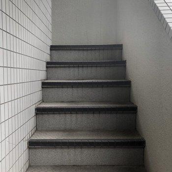 3階までは階段で移動。