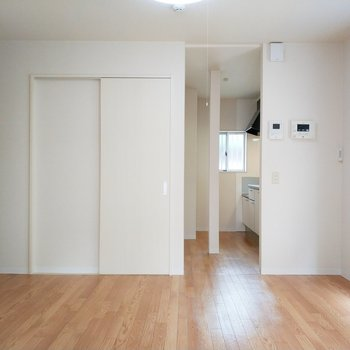 左は廊下に繋がって、右はキッチンになります。