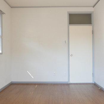 【洋室①】振り返って。小窓が3つあります。※写真は前回募集時のものです