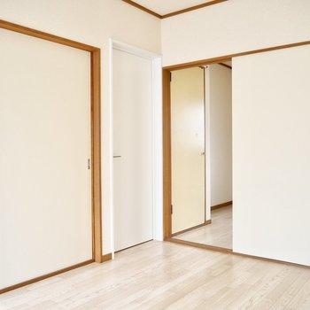 【洋室】サニタリーに続くドアだけ違うのが面白いですね