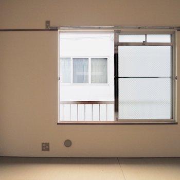 【和室】お隣の和室へ。窓際には、