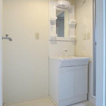 洗面台も清潔感があってキレイ、洗濯機はここに置きましょう