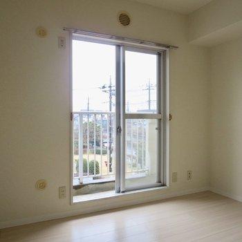 【4.6帖洋室】こちらにも窓があっておひさまを感じられます