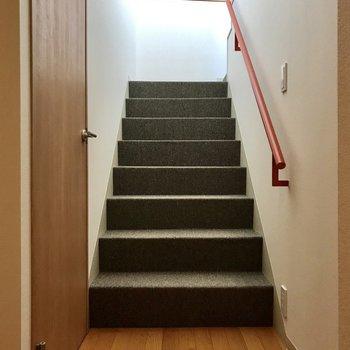 お部屋を出て左側に階段、左側の扉はサニタリー。