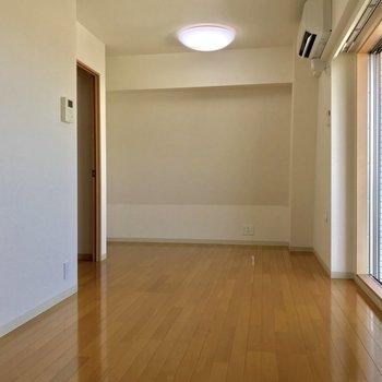 【下階LDK】キッチン側から。奥の壁は、、