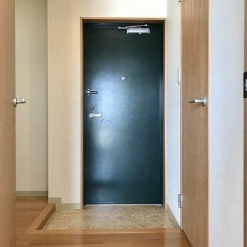下階へ戻ってきて、玄関。右側がトイレです。