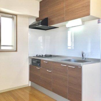 【下階LDK】収納スペース広めのキッチン。