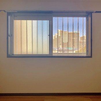 【洋室4.5帖】窓がついているので空気の入れ替えもしっかりできますね