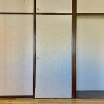 【洋室4.5帖】写真左側のくぼみにも収納ができますね
