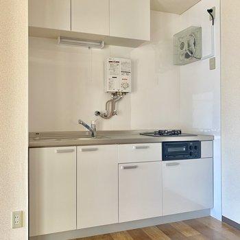 白を基調としたシンプルなキッチン