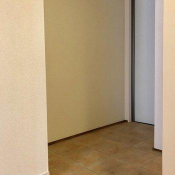 玄関は、3人くらいが立てるスペースでした