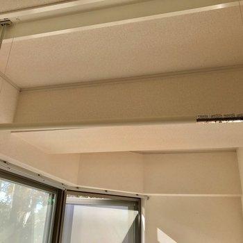 天井に収納されるので、邪魔になりません※写真は、通電前のものです