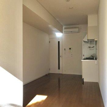 窓からの光は、お部屋の中部手前まで届きます※写真は、通電前のものです