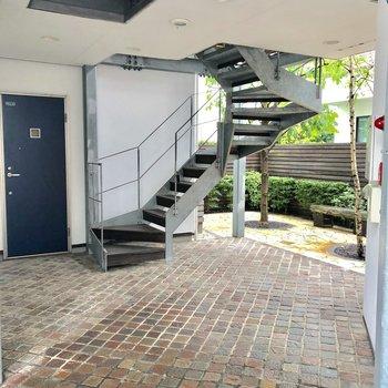 階段がなんだかアーティスティック。