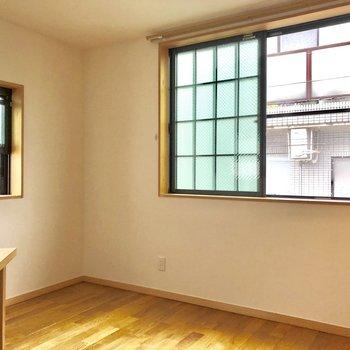 奥には格子付きの可愛い窓。お部屋のアクセントに。