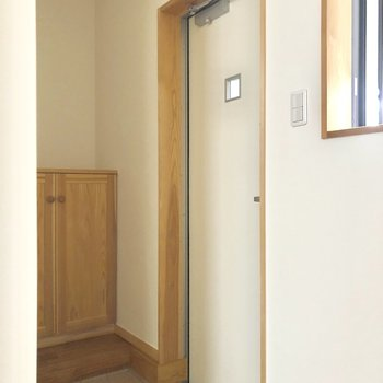 玄関はこちら。オレンジのタイルがお部屋の雰囲気にマッチしています。