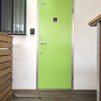 黄緑色の玄関のお部屋。