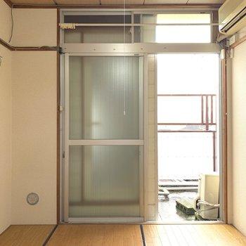 軽く換気したいときは上の小窓でもできますよ〜。
