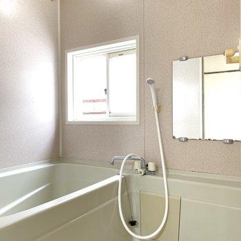 なんとお風呂がこちらにありました。窓付きで明るいです◯