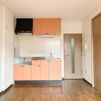 【DK】バルコニー側から見ると、キッチンがあります。