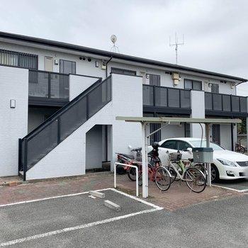 駐輪場や駐車場はアパート裏側に。